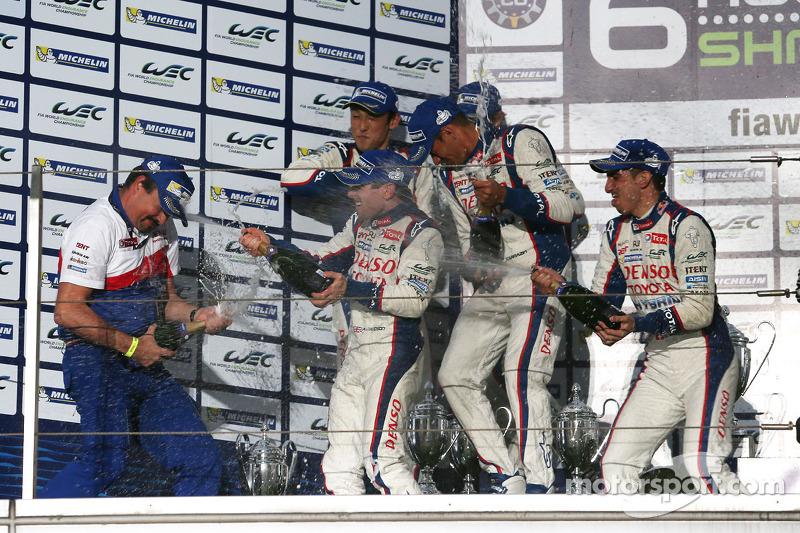 Squadra Hybrid Toyota festeggia sul podio con champagne