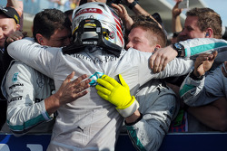 Vencedor da corrida Lewis Hamilton celebra com equipe