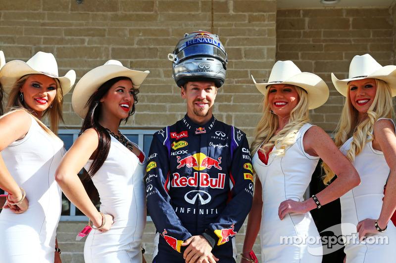 Sebastian Vettel, Red Bull Racing con de chicas de la parrilla