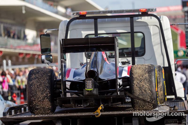 La Sauber C33 di Adrian Sutil, Sauber, ritirato dalla gara, viene portata di nuovo ai box sul retro di un camion