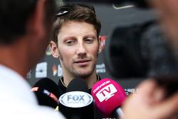 Romain Grosjean, pilota francese del Lotus F1 team con i giornalisti