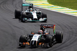 Nico Hulkenberg, Sahara Force India F1 VJM07 davanti a  Lewis Hamilton, Mercedes AMG F1 W05