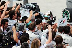 Lewis Hamilton, Mercedes AMG F1 kapalı parkta ikinci sıra için kutlama yapıyor