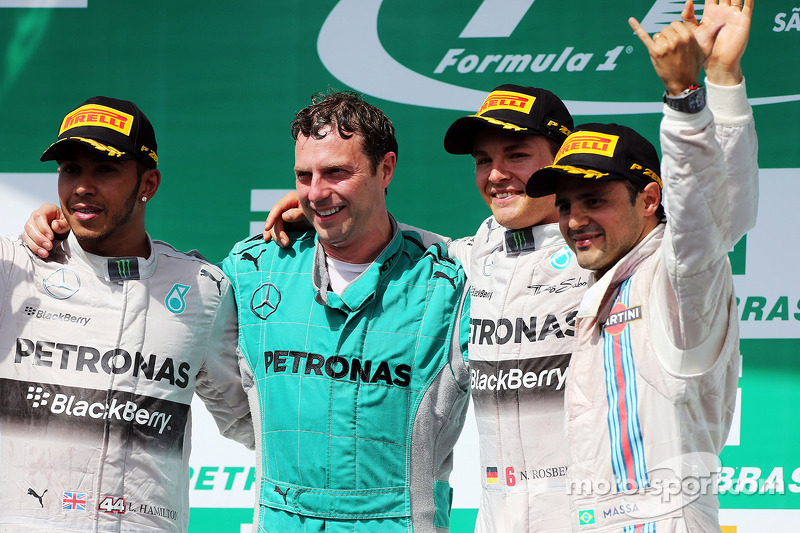 Il podio, Lewis Hamilton Mercedes AMG F1, secondo; Matt Deane, Mercedes AMG F1 Race Engineer; Nico Rosberg, Mercedes AMG F1, vincitore della gara; Felipe Massa, Williams, terzo