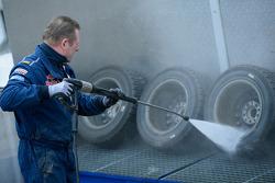 Un mecánico de Volkswagen limpia las llantas