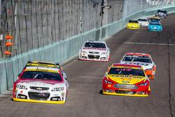 Kevin Harvick, Stewart-Haas Racing Chevrolet ve Joey Logano, Penske Ford Takımı