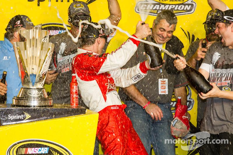 El ganador  y campeón de 2014 NASauto Sprint Cup series Kevin Harvick, Stewart-Haas Racing Chevrolet celebra con champagne con  su equipo