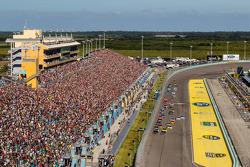 Start: Jeff Gordon, Hendrick Motorsports Chevrolet ve Kurt Busch, Stewart-Haas Racing Chevrolet lider durumda