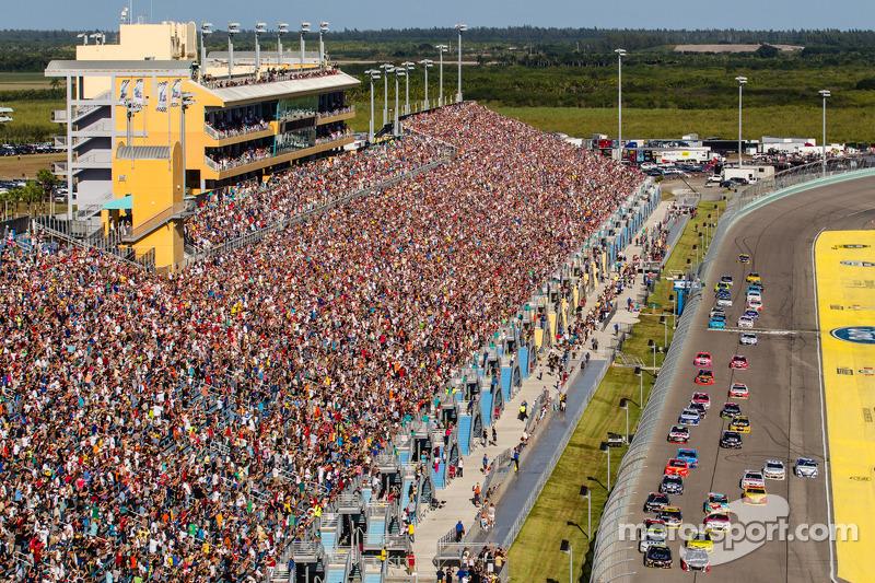 Partenza:Jeff Gordon, Hendrick Motorsports Chevrolet and Kurt Busch, Stewart-Haas Racing Chevrolet a