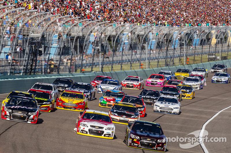 Reinicio: Jeff Gordon, Hendrick Motorsports Chevrolet, Kevin Harvick, Stewart-Haas Racing Chevrolet