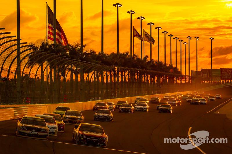 Jeff Gordon, Hendrick Motorsports Chevrolet e Denny Hamlin,  Joe Gibbs Racing Toyota al comando