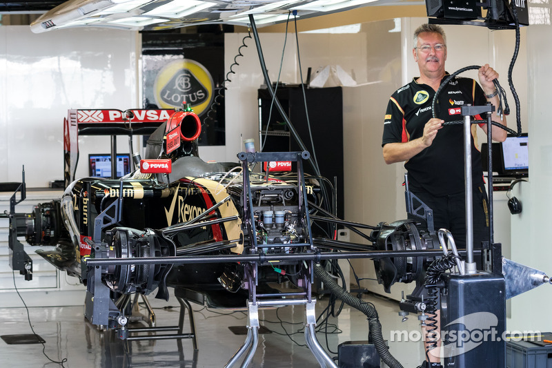 A Lotus F1 E22 is prepared in the pits
