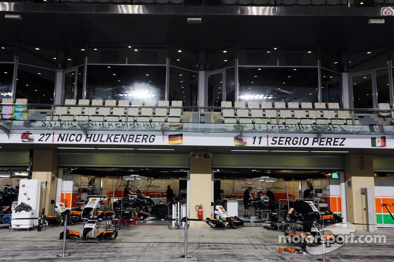 I box Sahara Force India F1 Team di notte