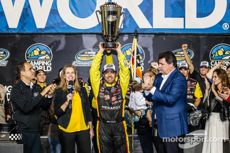 Şampiyona zafer çizgisi: NASCAR Camping Dünya Kamyon Serisi 2014 şampiyonu Matt Crafton kutlama yapı