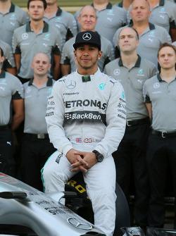 梅赛德斯AMG F1车队车手刘易斯·汉密尔顿在车队集体照