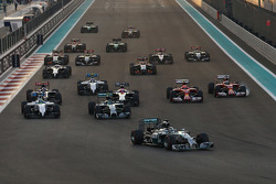 Lewis Hamilton, Mercedes AMG F1 W05 lidera a  en la salida de la autorera