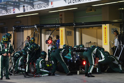 Kamui Kobayashi, Caterham CT05 makes a pit stop