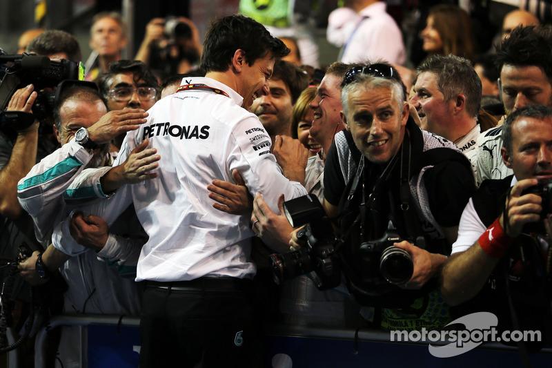 Toto Wolff, Mercedes AMG F1 Socio e direttore esecutivo festeggia con i media nel parco chiuso