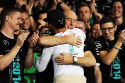 Rennsieger und Weltmeister Lewis Hamilton, Mercedes AMG F1, feiert mit Jock Clear, Mercedes AMG F1
