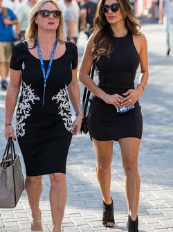 Linda Hamilton e Nicole Scherzinger, cantante, madrigna e fidanzata di Lewis Hamilton, Mercedes AMG