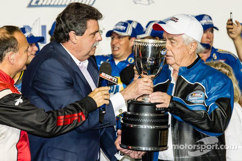 Şampiyona zafer çizgisi: NASCAR Nationwide Serisi 2014 şampiyonu takım sahibi Roger Penske ve NASCAR Başkanı Mike Helton