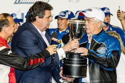 Línea de la victoria: NASCAR Nationwide Series 2014, Roger Penske con Mike Helton, presidente de NASCAR