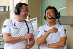 (Esquerda para direita): Eric Boullier, diretor de corridas da McLaren, com Yasuhisa Arai, chefe de automobilismo da Honda