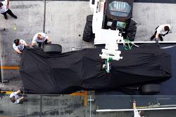 The McLaren MP4-29 de Stoffel Vandoorne, McLaren piloto de teste e reserva é recolhida de volta aos boxes atrás de um caminhão