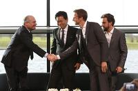Yasuhisa Arai, Honda Motorsporları başkanı, Jenson Button, Fernando Alonso ve Ron Dennis, McLaren CEO'su ve Başkanı