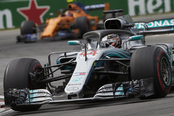 Lewis Hamilton, Mercedes AMG F1 W09, devant Stoffel Vandoorne, McLaren MCL33