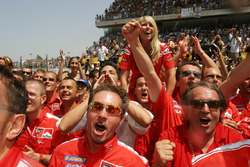 Le Ducati Marlboro Team fête la victoire de Loris Capirossi