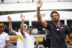 Fernando Alonso, McLaren, Nico Hulkenberg, Renault Sport F1 Team, Sergio Perez, Force India, Max Verstappen, Red Bull Racing, et Romain Grosjean, Haas F1 Team, saluent la foule