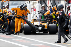 Fernando Alonso, McLaren MCL33, au stand