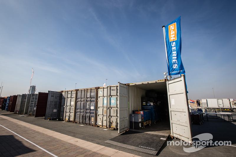 Container, die Autos und Ausrüstung nach Dubai bringen