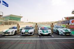 迪拜警车展: 一辆梅赛德斯AMG SLS,一辆奥迪R8,一辆迈凯伦MP4-12C和一辆法拉利FF