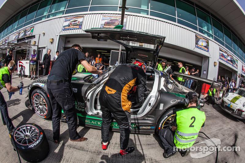 Pit stop untuk #2 Black Falcon Mercedes SLS AMG GT3: Abdulaziz Al Faisal, Hubert Haupt, Yelmer Buur
