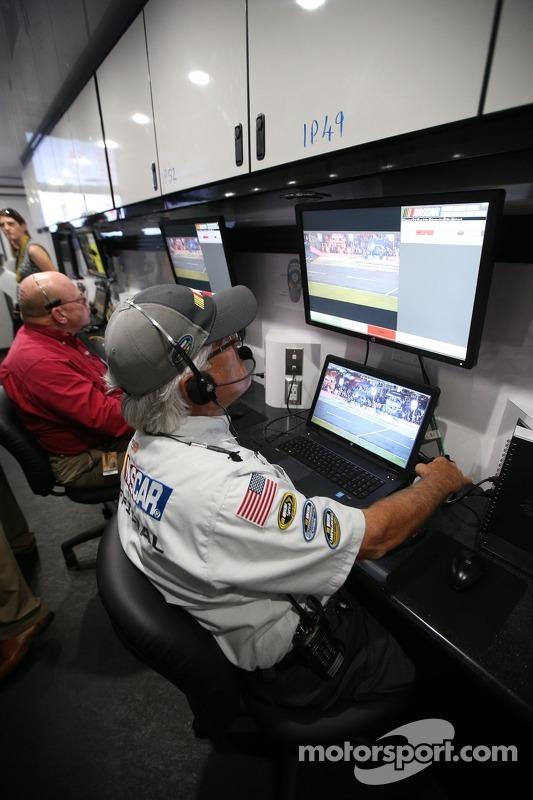Monitors convey information from pit road to NASCAR Офіційні особи