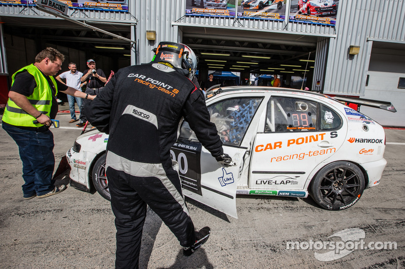 Pit stop untuk #90 Car Point S Racing Schmieglitz Seat Leon Supercopa: Daniel Schmieglitz, Cyndie A