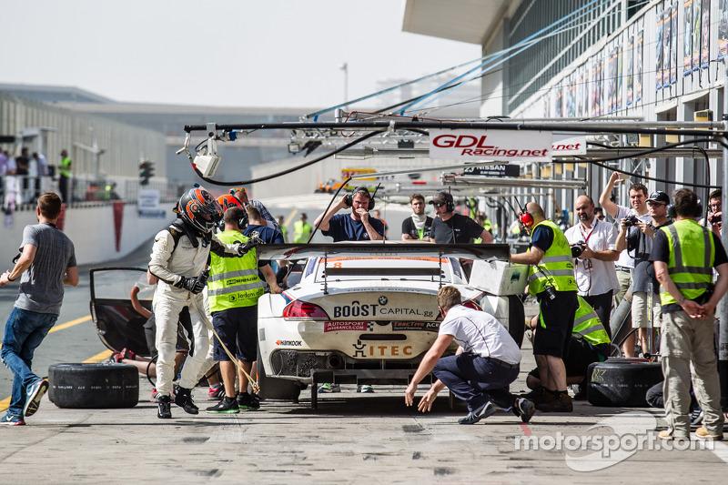 Pit stop untuk #8 Triple Eight BMW Z4 GT3: Lee Mowle, Joe Osborne, Jacques Duyver, Charlie Hollings