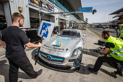 Pit stop #18 Preci - Spark Mercedes SLS AMG GT3: David Jones, Godfrey Jones, Philip Jones, Gareth Jones, Morgan Jones