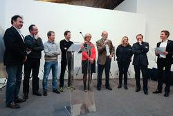 Henri Pescarolo présente les prix du concours Sarthe Endurance Photos avec les membres du jury