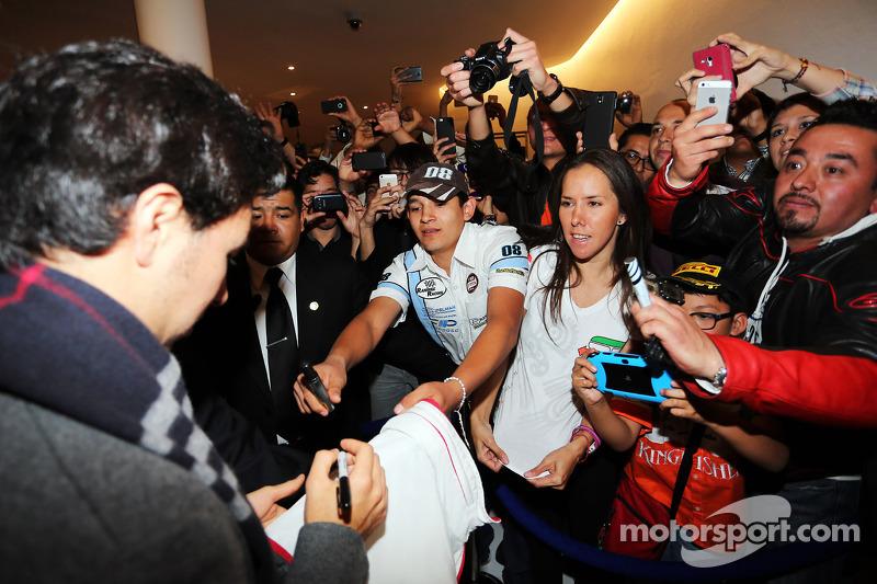 Sergio Perez, Sahara Force India F1, schreibt Autogramme für die Fans