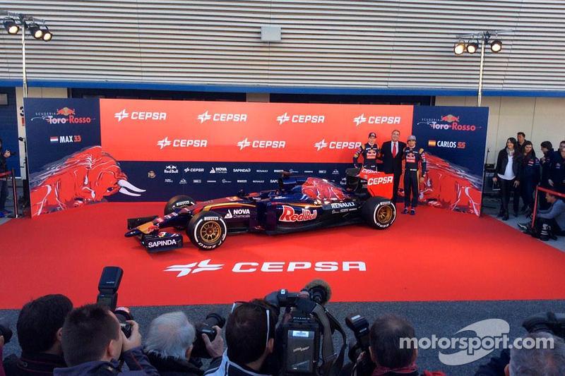 Max Verstappen ve Carlos Sainz Jr. Toro Rosso STR10'la birlikte