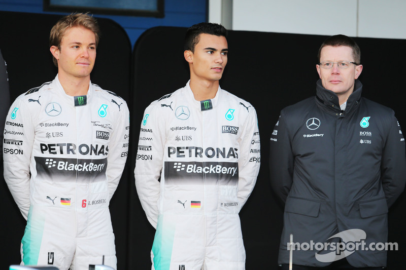 (da sinistra a destra): Nico Rosberg, Mercedes AMG F1; Pascal Wehrlein, terzo pilota Mercedes AMG F1; Andy Cowell, Direttore Amministrativo Mercedes-Benz High Performance Powertrains