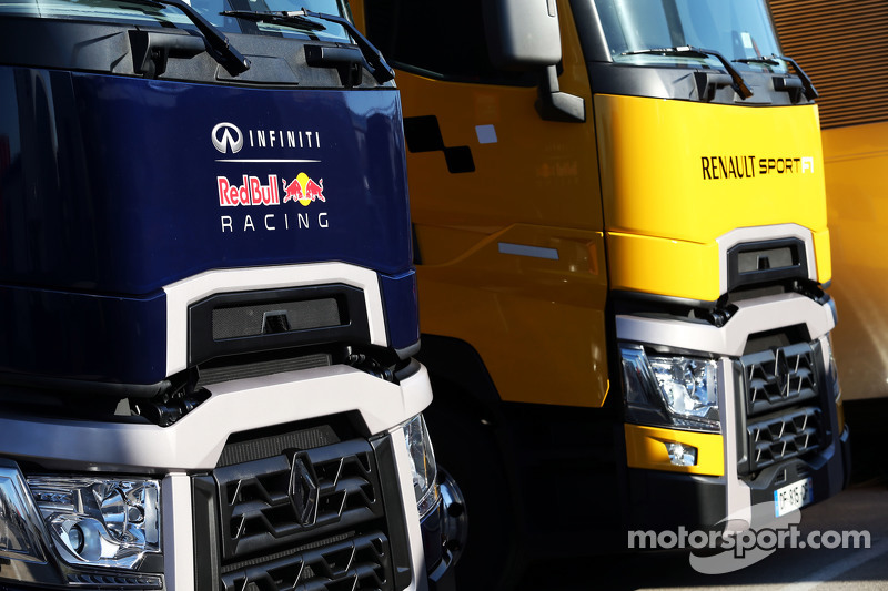 les camions red bull racing et renault sport f1 dans le paddock essais de f vrier jerez. Black Bedroom Furniture Sets. Home Design Ideas