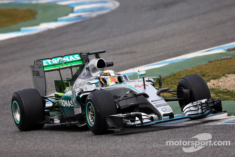Lewis Hamilton, Mercedes AMG F1 W06 running flow-vis paint on the rear wing