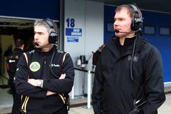 Херес, февральские тесты, День 2. Ник Честер, технический директор Lotus и Алан Пермейн, главный гон