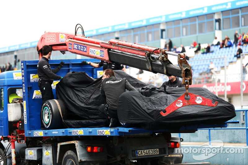 Der Mercedes AMG F1 W06 von Nico Rosberg, Mercedes AMG F1, wird per Lastwagen zurück in die Box gebracht