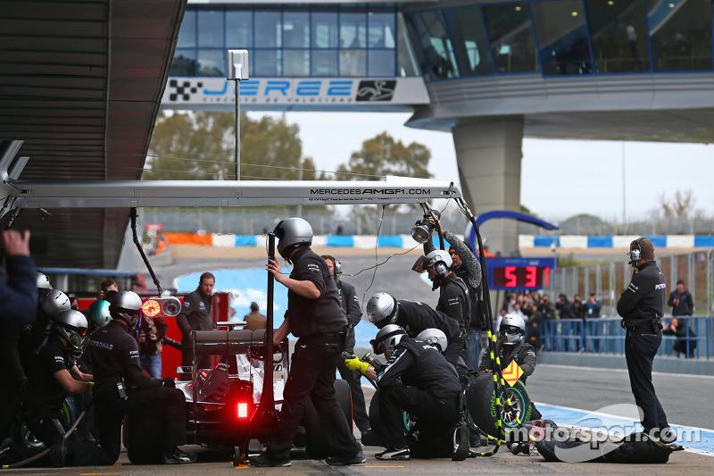 Nico Rosberg, Mercedes AMG F1 W06, beim Reifenwechsel-Training