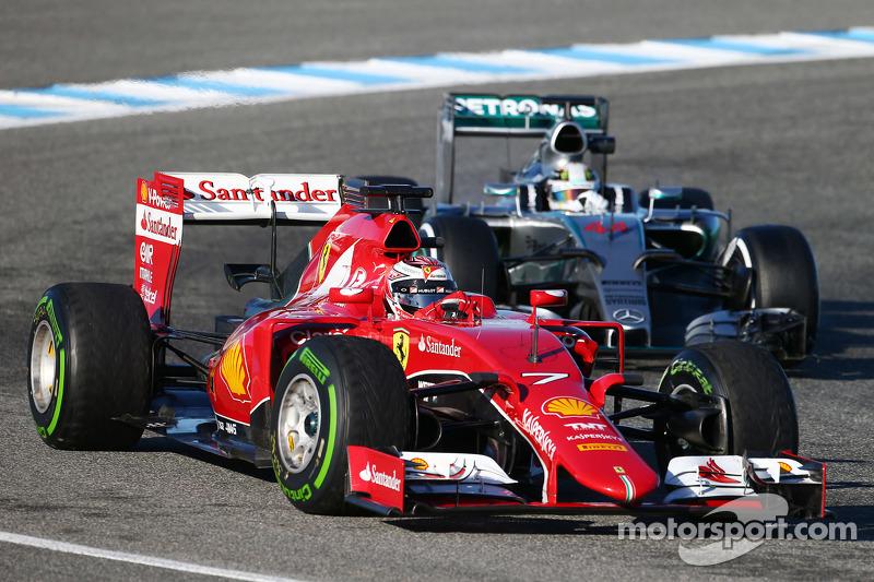 Kimi Räikkönen, Ferrari SF15-T, vor Lewis Hamilton, Mercedes AMG F1 W06